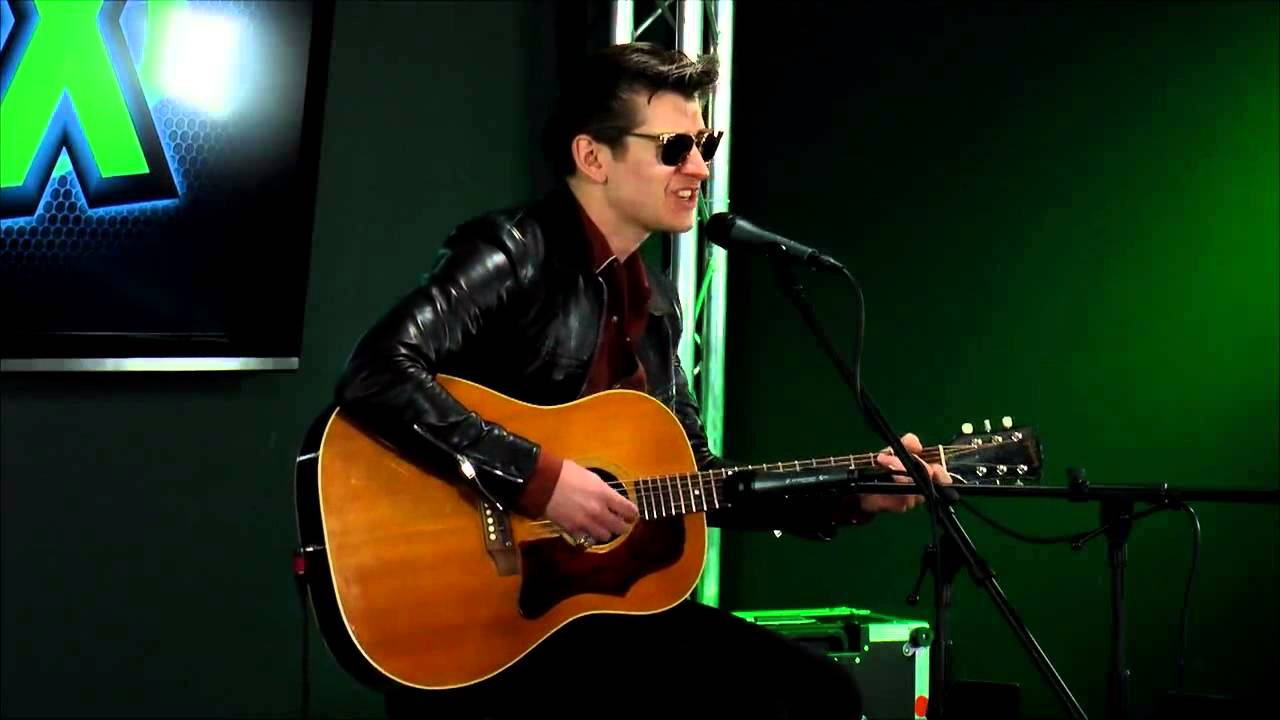 arctic-monkeys-whyd-you-only-call-me-when-youre-high-acoustic-97x-green-room-arctic-monkeys-france