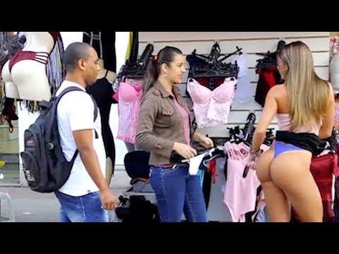 Gostosa está procurando calcinha para comprar e levanta a saia thumbnail