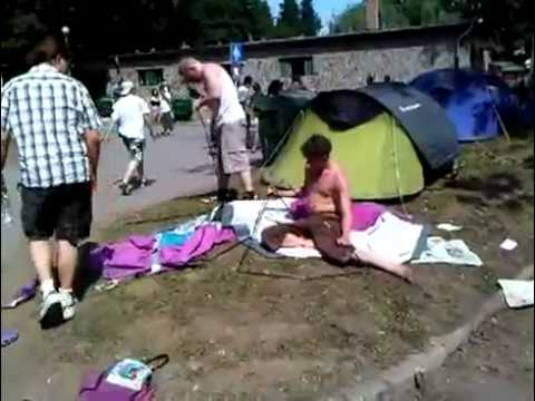 ubriachi-in-campeggio-lottano-con-la-tenda-