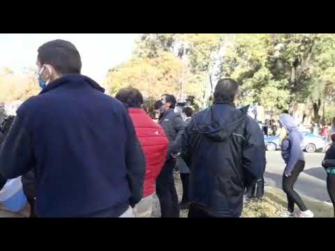 Un grupo de veteranos de Malvinas intentaron sacar la bandera de la Diversidad en Parque Sarmiento
