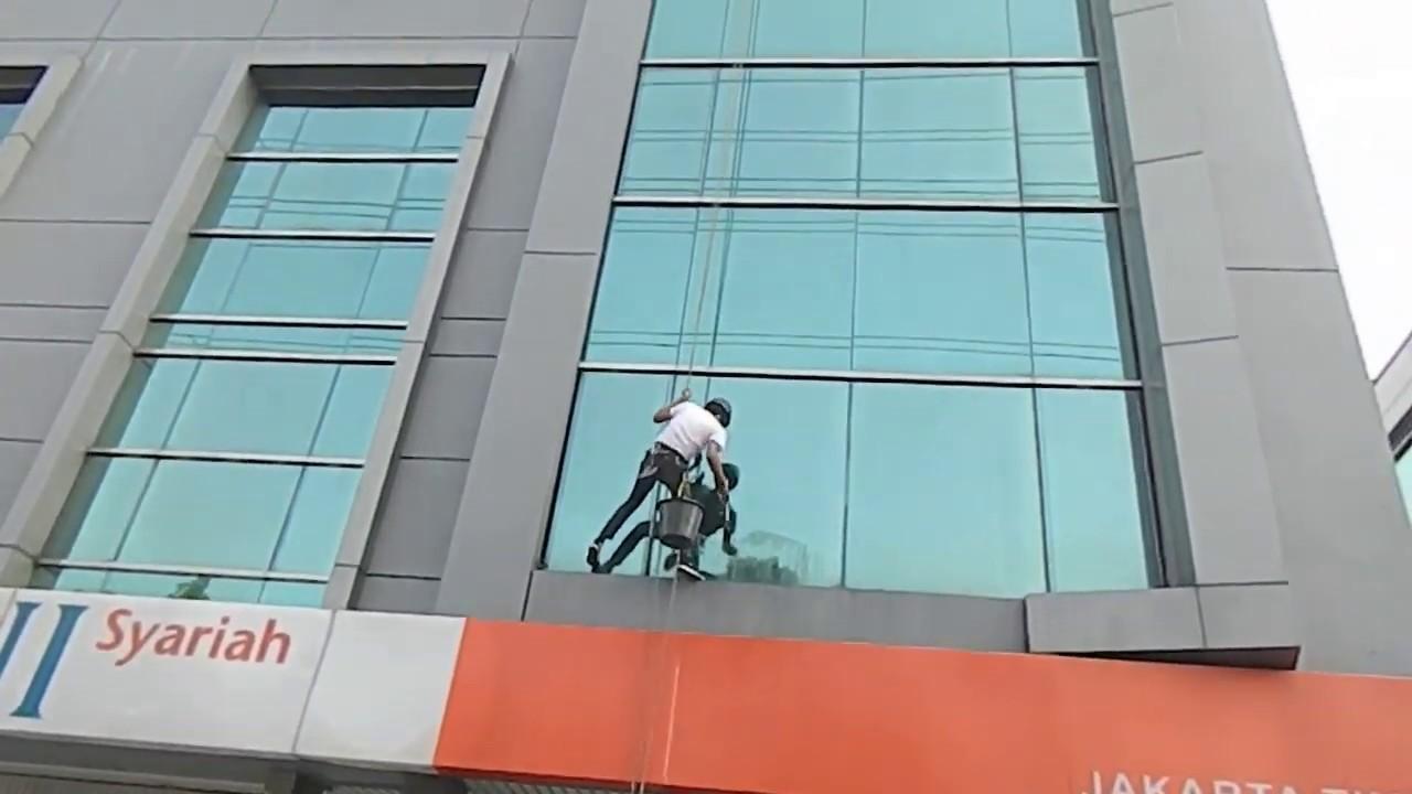 pembersih kaca gedung bni syariah jakarta timur youtube rh youtube com