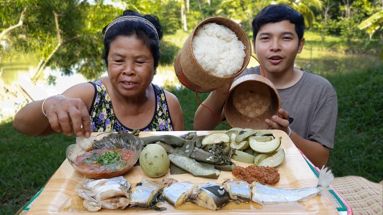 นึ่งผักบ้านๆ นึ่งบวบและลูกเมล่อนอ่อน กินกับแจ่วมะเขือเทศ บ้านๆแต่อร่อยมากๆ