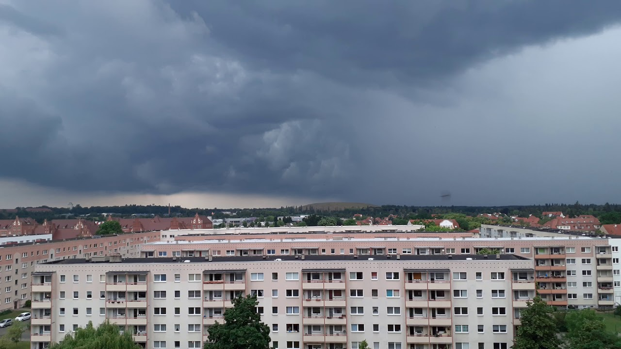 Download Riesiger Schlund am Himmel in Form v. dunklen schweren Wolken Juni 2020