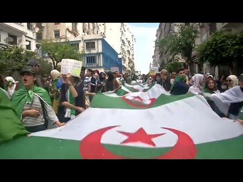 فيديو: آلاف الطلاب الجزائريين يتظاهرون مطالبين باستقالة الرئيس المؤقت…  - 23:53-2019 / 5 / 21