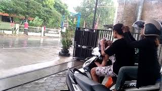 Download Video Ngintip aksi sejoli di atas motor nunggu hujan reda (kamera tersembunyi) MP3 3GP MP4