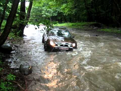 Dacia Duster (Alain) crossing river - Mures Trophy Romania 2011.avi