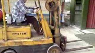 Crazy man goes on rampage on forktruck