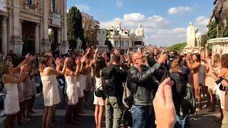 Roma, flash mob contro Ita: ex dipendenti Alitalia si tolgono scarpe e divisa al Campidoglio