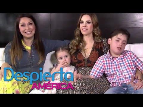 Luz Elena González es entrevistada por su hija de tres años