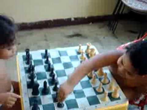 Cesar y María iniciando una partida de ajedrez