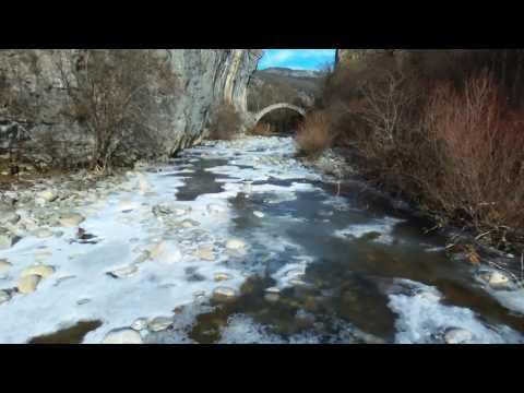 Εντυπωσιακά στιγμυότυπα από τον παγωμένο παραπόταμο του Βίκου