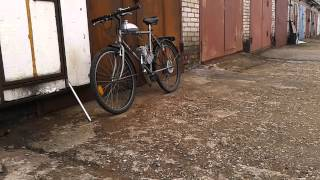 Велосипед с мотором в движение.