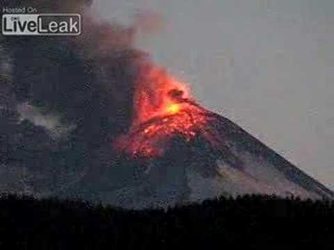 Chile's Llaima volcano erupts Jan 01/08