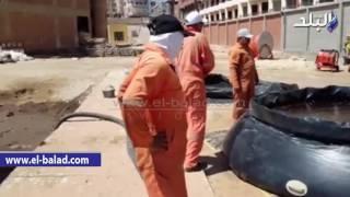 بالفيديو.. شفط 350 برميلا من زيت البترول المتسرب لشواطئ الغردقة