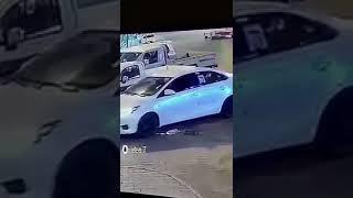 """""""بالفيديو"""" شاهد رد فعل سريع من شخص ينقذ عائلة داخل سيارة متوقفة من حادث مروري"""