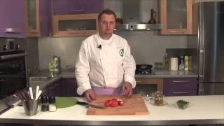 Теплый салат   из помидоров с яйцом пашот
