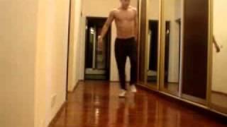Парень танцует