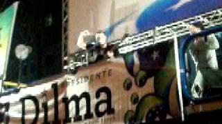 Comemorando Dilma e Lula lá com O Teatro Mágico - Sintaxe à vontade