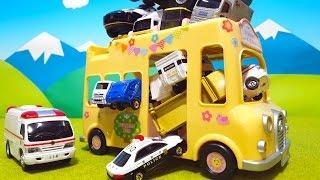 はたらくくるま ようちえんバスにのってみるよ 何台乗ったかな? ゴミ収集車 パトカー 消防車 救急車 おもちゃ アニメ thumbnail