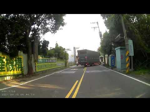 卡車右轉 三寶拼命違規逆向衝