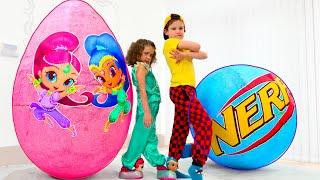 Katy y Max juegan con grandes huevos con sorpresas