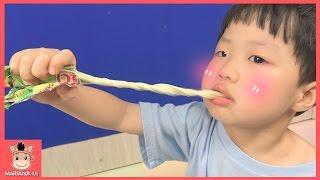길게 늘어나는 신기한 대형 츄잉 젤리 먹방 놀이 ♡ 쬰쬬니 길게 만들기 Long Gummy Tongue Jelly Candy Mukbang | 말이야와아이들 MariAndKids