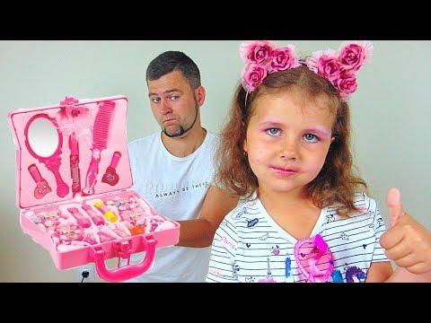 Милана учится пользоваться детской косметикой