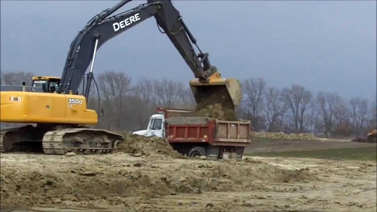 John Deere 350d Loading Trucks Youtube