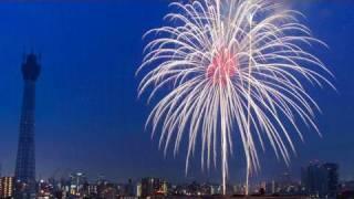 東京の夏の風物詩「隅田川花火大会」が31日あり、約2万発の花火が下...