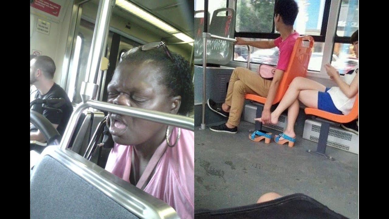 В автобусе щупает девушку