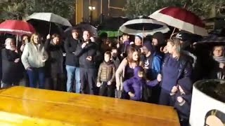 Montesanto, centinaia di persone in piazza, luci e post it per il commerciante morto:
