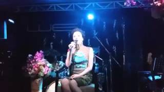 Hồ Quỳnh Hương lần đầu hát live CHỈ LÀ ANH THÔI