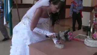 Прикол! Невеста во время регистрации забивая гвоздь молотком испортила стол!