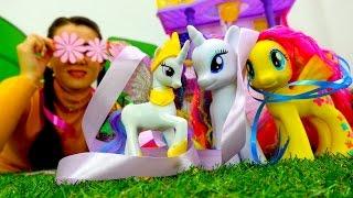 Детские игрушки: Валя и Май Литл пони чинят замок