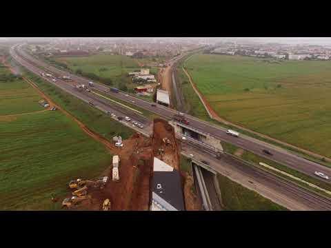 أشغال بناء القنطرة الطرقية التي استدعت التحريف المؤقت لمسار الطريق السيار