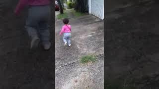 Emanuela passeando com a mamãe.
