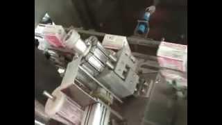 автомат наклейки питьевой трубочки на коробку сока