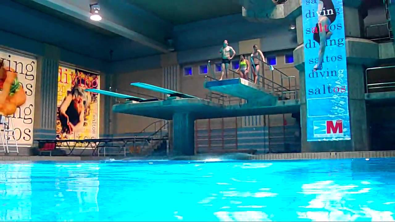 Entrenamiento en saltos de trampol n 3 y 5 metros youtube for Trampolines para piscinas