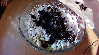Салат вкусняшка из филе курицы, чернослива и горошка