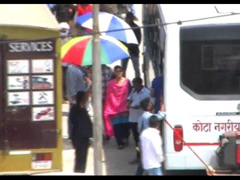 KOTA में PINK दुपट्टा पहने BUS में घूमती दिखीं ALIA BHATT