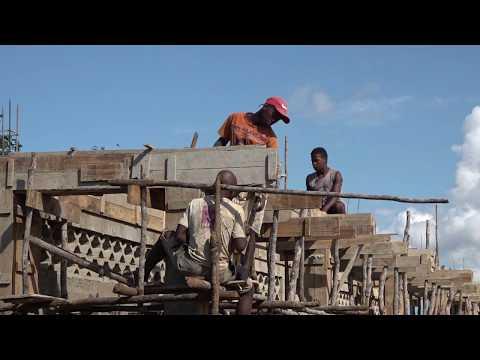 Gradnja šole v  kraju Manambondro
