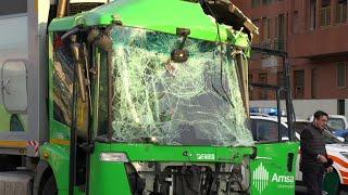Milano, violento scontro tra pullman Atm e mezzo Amsa: diversi i feriti