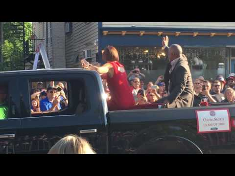 Fans ask Ozzie Smith to do backflip - Baseball Hall of Fame Parade of Legends 2016