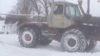 Трактор чистит дорогу(Трактор чистит дорогу от снега., 2016-01-26T14:12:17.000Z)