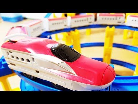 プラレール 新幹線 E6系こまちに中間車両をたくさん連結! 跳ね橋や洗車場踏切を通過! タワーのコースでじこはおこるさ ! hifumitoy