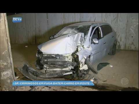 Criminosos batem carro roubado em poste durante fuga na Grande São Paulo