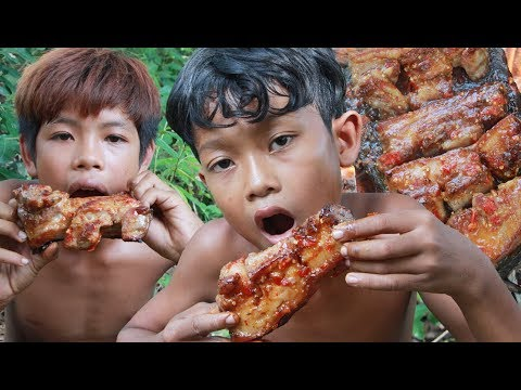 Primitive Technology – Yummy cooking pork belly on a rock – eating delicious