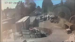 Смотреть видео Мощный взрыв в Петербурге попал на видео - Вести 24 онлайн