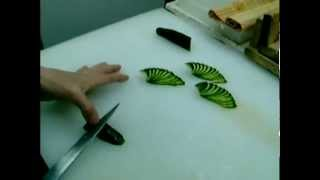 Карвинг. Как сделать украшение из огурца.(Еще больше видео уроков на http://carvingforyou.ru Подробный видео урок по карвингу, как вырезать розу из яблока. Хочеш..., 2012-12-24T12:25:13.000Z)