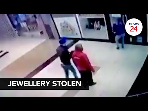 WATCH | A gang of five rob a jewellery store in Cape Town mall, threaten security guard